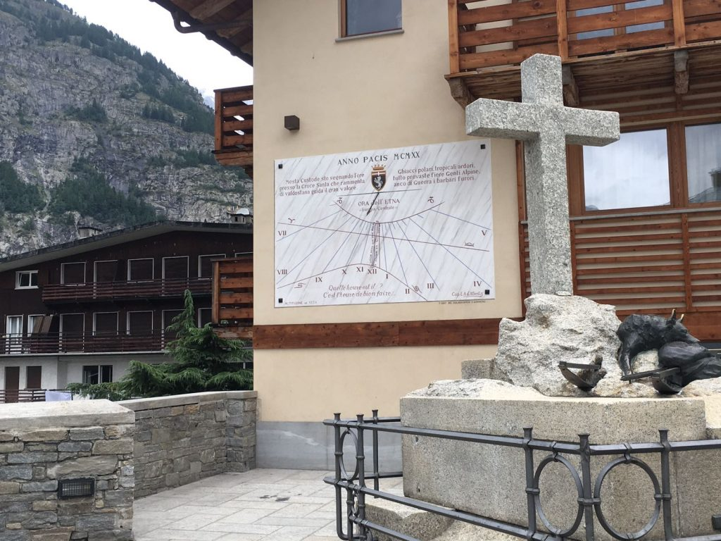 Meridiana in Piazza Abbè Henry a Courmayeur